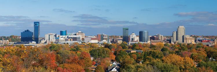树木在大急流天际线的背景下变成秋天的颜色