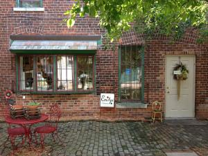 Emiley's Haute Cottage - Fort Wayne, IN