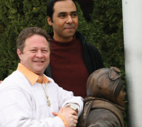 Flick-Statue-with-Scott-Schwartz Ocsar-Leon