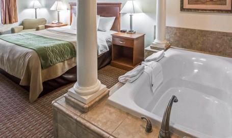 Comfort Inn Hotel Hebron room with hot tub