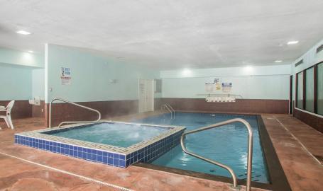 Quality Inn Hotel Merrillville Pool