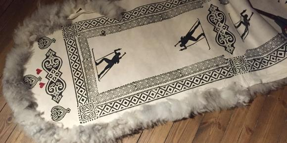 skinnfellposen har trykk med blokker fra Fjellform Produkt og foto: Guro Tømmerås Jørstad