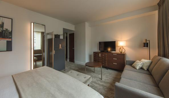 Deluxe King Guest Room / Chris Sista