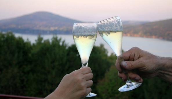 canandaigua-wine-trail-canandaigua-toasting-wine-at-lake