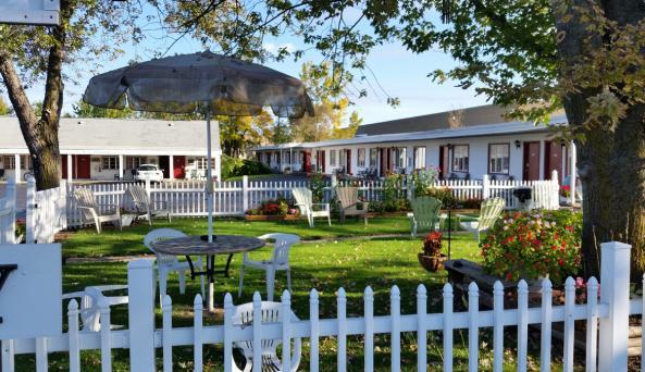 lafayette-motel-canandaigua-courtyard