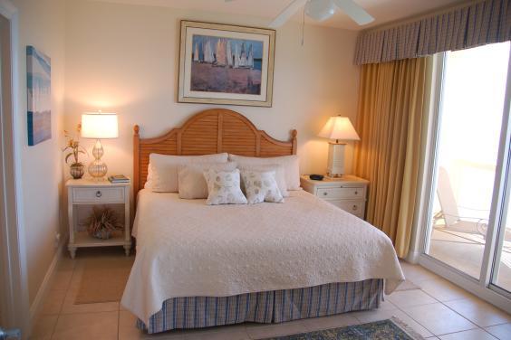 Master bedroom (King, flat screen tv, dvd) .  Sliding doors to the balcony..