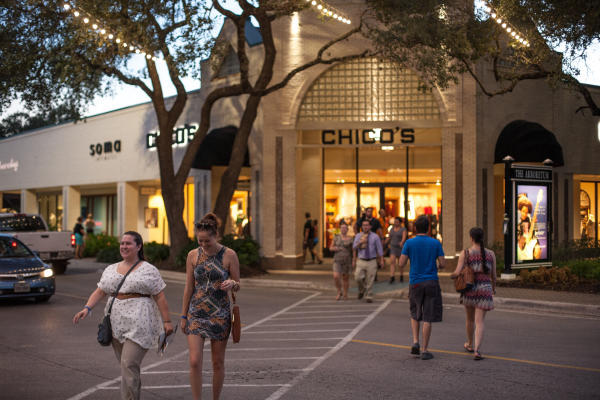 People shopping at Chicos at the Arboretum