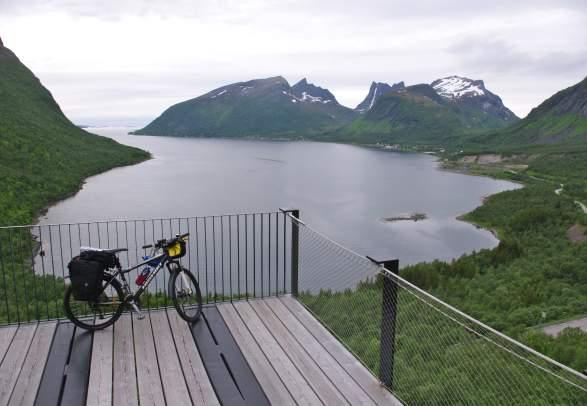 Sykkeltur Ishavskysten fra Tromsø til Svolvær | Discover Norway