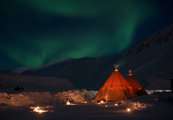 Snøscootersafari til Nordlyscamp - Svalbard Adventures