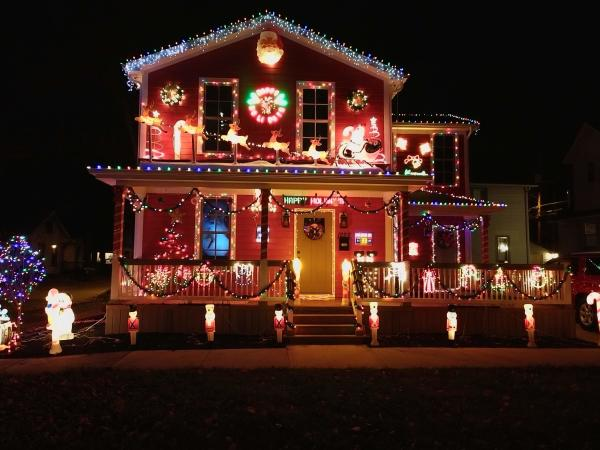 1222 Jackson St._Matthew and Amanda Maple_Best Christmas Light Displays in Fort Wayne, Indiana