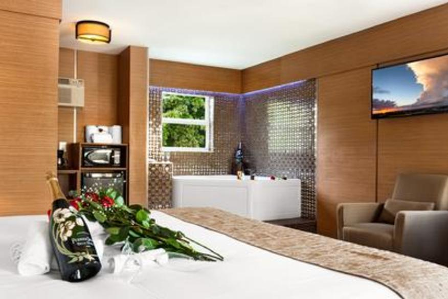 Jacuzzi Honeymoon Suite