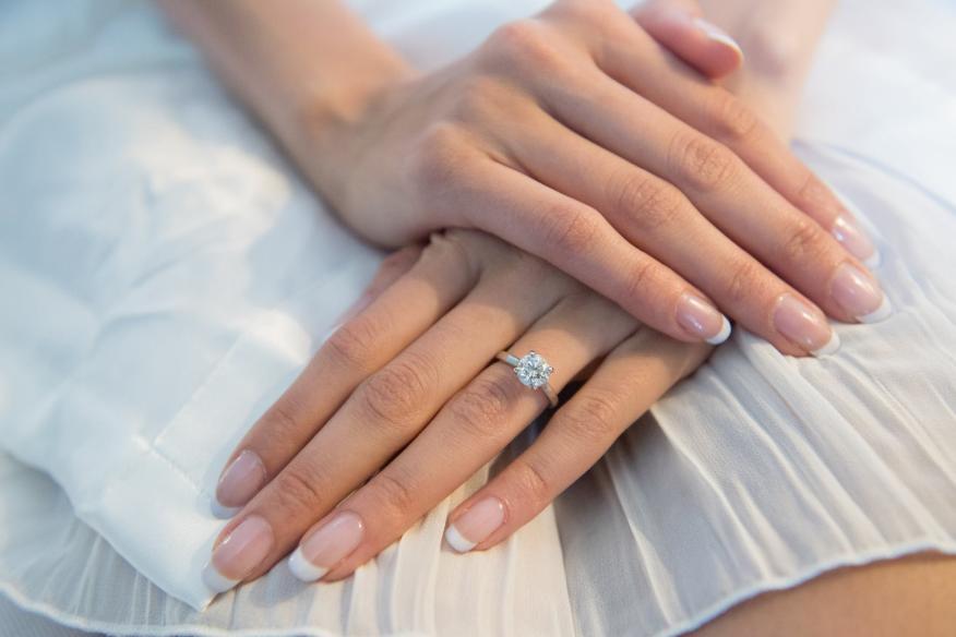 brideshowing wedding ring