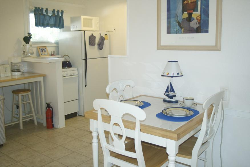 King Studio dining area and kitchen