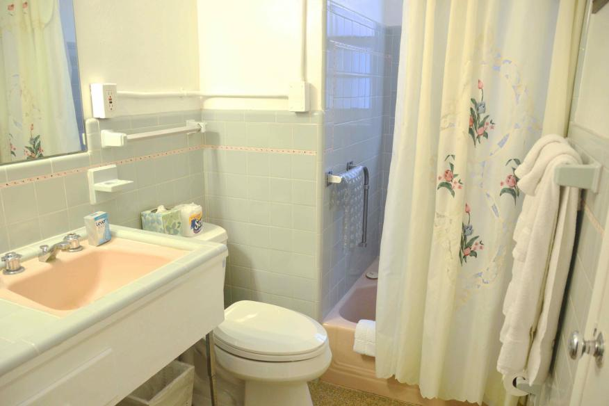 Bathroom of one-bedroom cottage