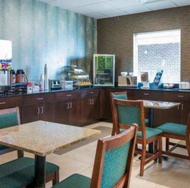 Econo Lodge Selma Breakfast Area