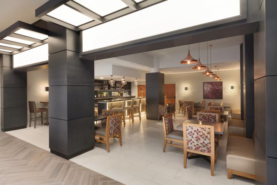 Embassy Suites restaurant bar2