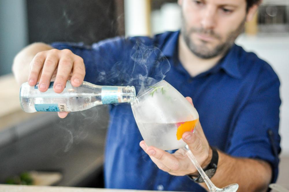 Man making gin and tonic at el chipiron