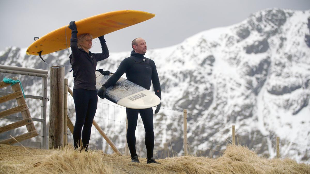 Tina Nordström og artisten Petter Askergren testet surfeforholdene i Lofoten.
