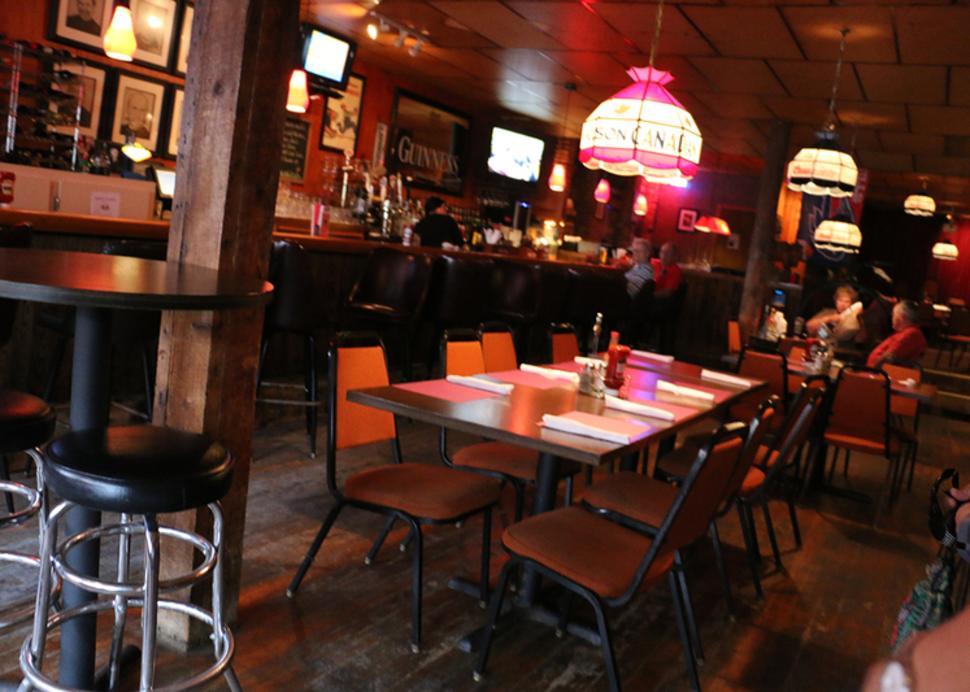 buffalo-bills-family-restaurant-tap-room-manchester-interior