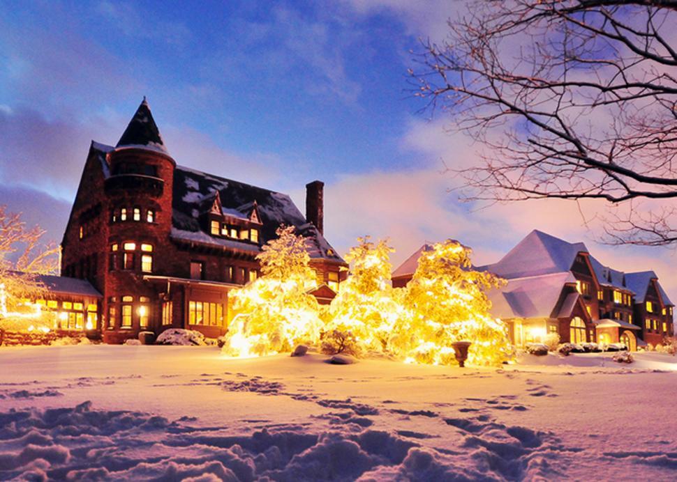 finger-lakes-belhurst-geneva-winter-outside-castle-in-snow