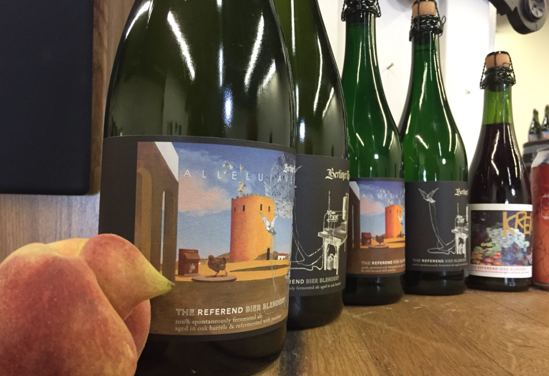Referend Bier Blendery closeup wine bottle labels