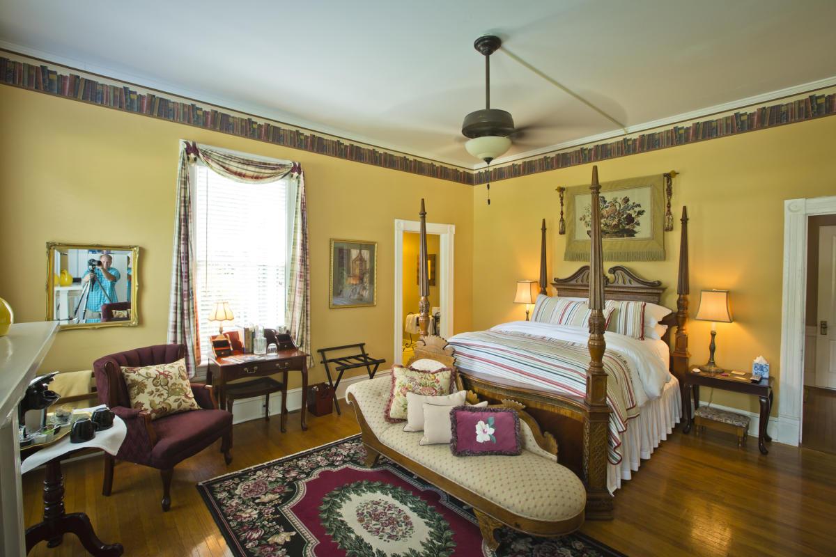 Antebellum Inn room