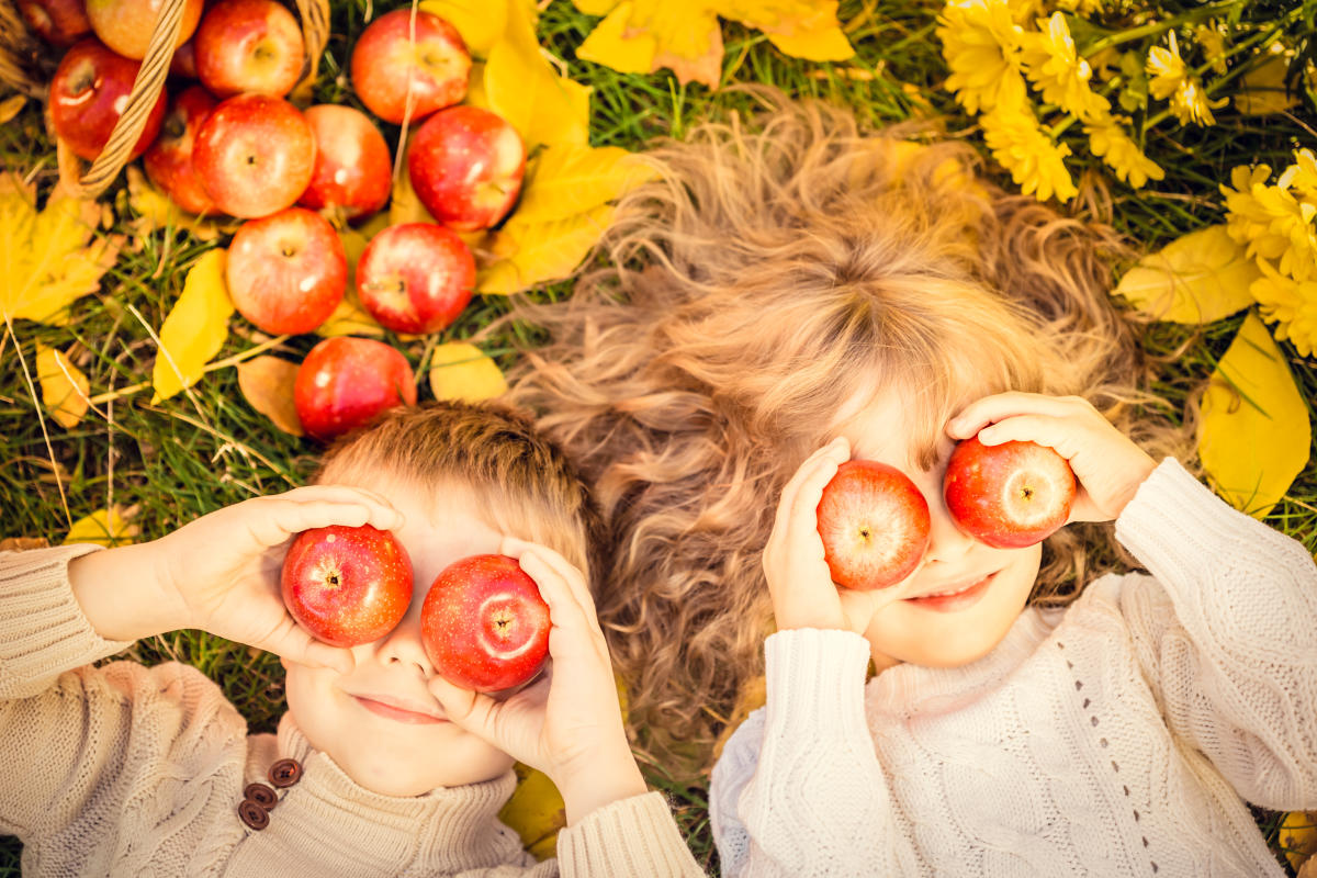 Kid's playing with apples