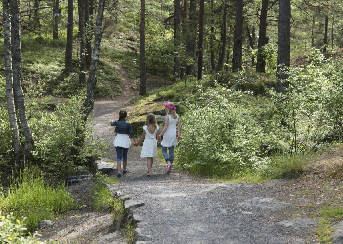 Girls hiking in Urheia forest