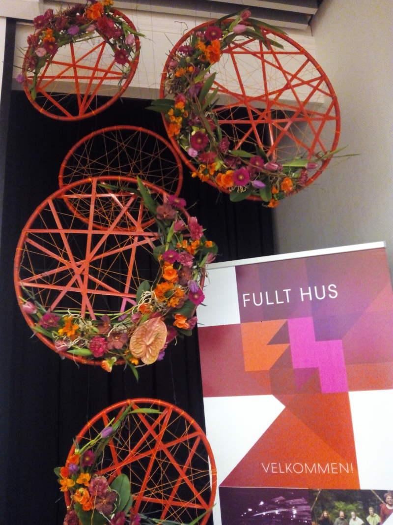Kings Design Schapenleren Bank.Floral Design Gjovik Flower Decorator