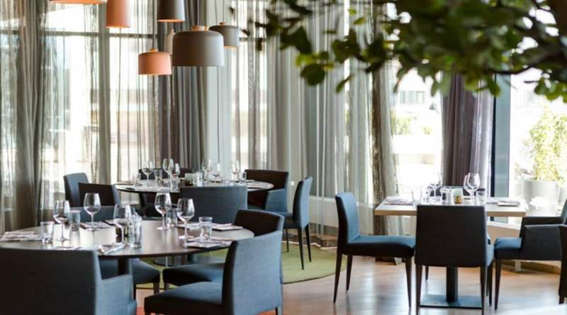 restaurant-brasserie-x-dining-round-tables-quality-hotel- 26a2a792f59