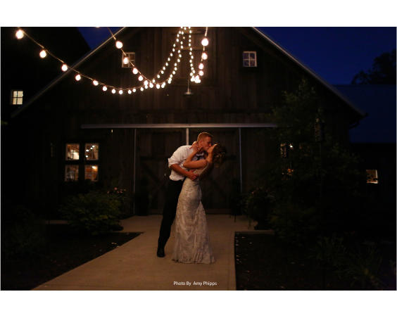 Kiss by barn