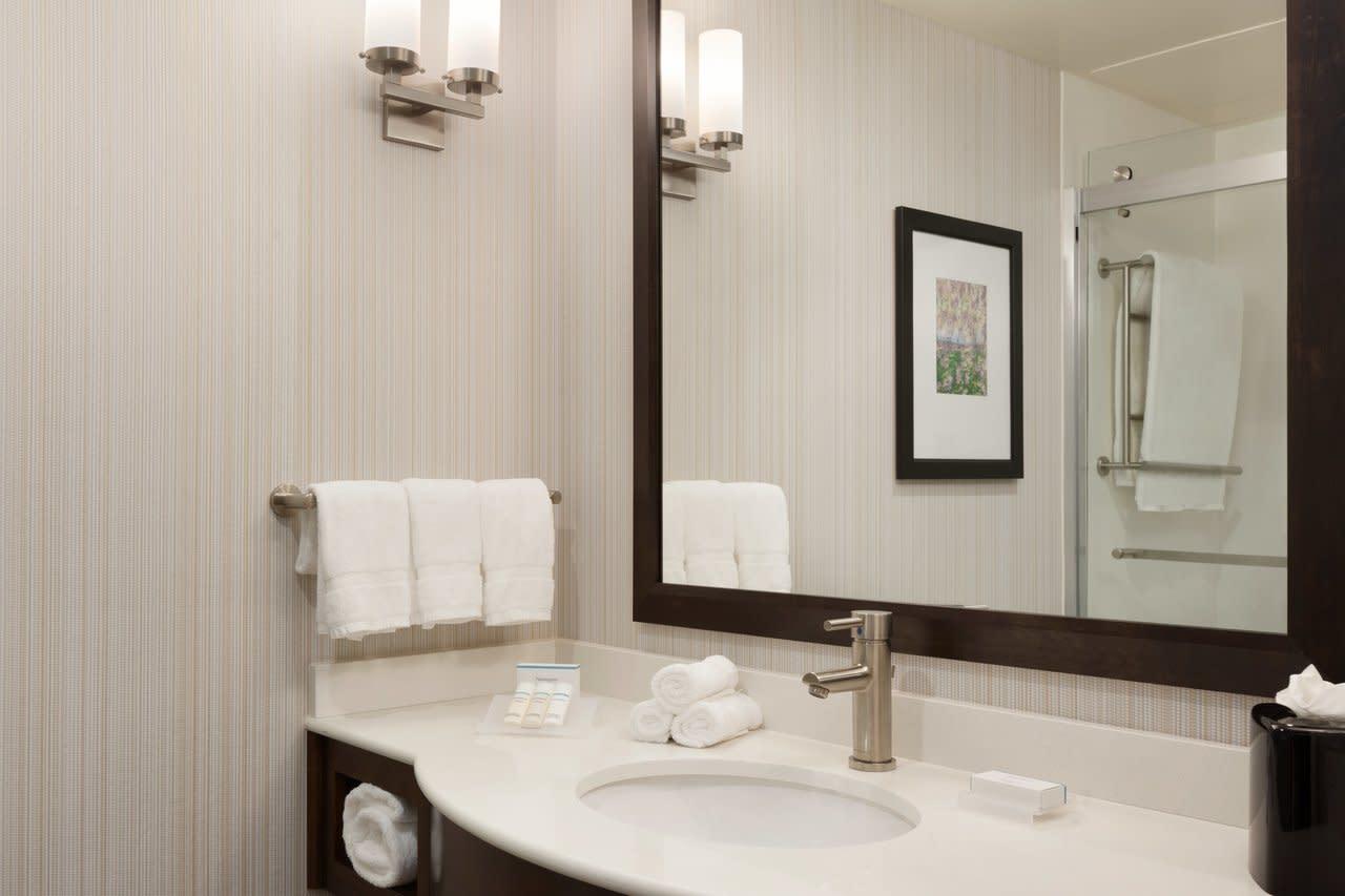 hilton garden inn boston logan airport 2 queen guestroom 1062300 - Hilton Garden Inn Boston Logan Airport