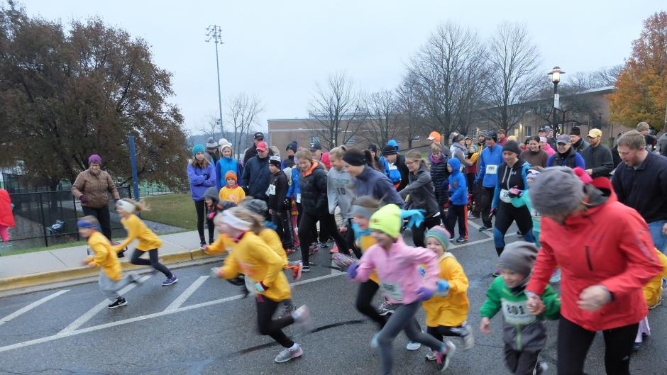 And they're off! Runners getting in a quick run before Thanksgiving dinner.