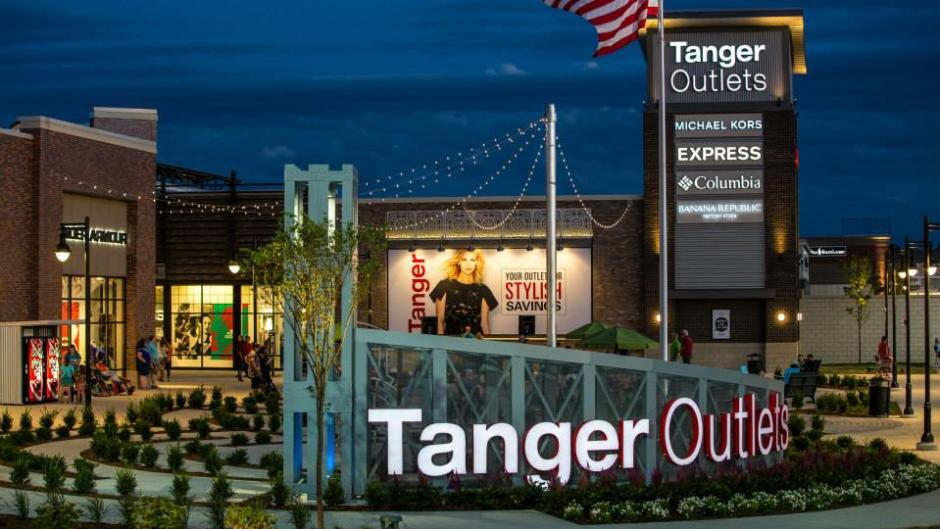 Tanger Outlets Grand Rapids at night