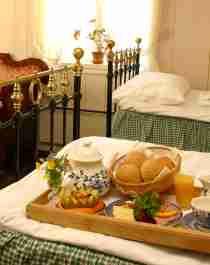 Få frokost på sengen på Baroniet Rosendal, et av Norges herskapelige overnattingssteder