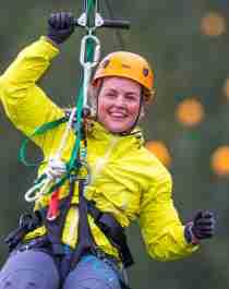 Kvinne zipliner i Mosjøen