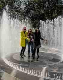 Tre kvinder midt i et springvand omgivet af spejle på Kistefos Museum