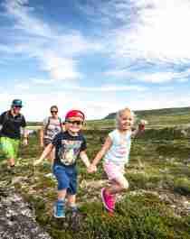En familj på fyra är ute på vandring i Hallingskarvet, Geilo, i regionen Østlandet (östra Norge)