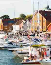 Båter og folk i Tønsberg havn og gjestehavn i Vestfold på Østlandet