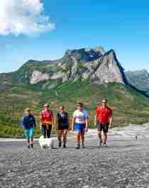 Een gezin dat over de Verdenssvaet-heuvel wandelt in de buurt van Efjorden in Narvik, Noord-Noorwegen