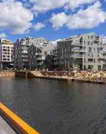 Planera din resa till Østlandet och solbada på bryggan i Bispevika i Oslo