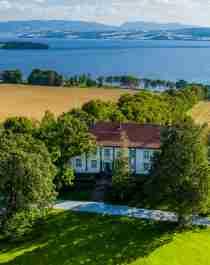 Hoel Gård på Nes-halvøya i Ringsaker, Østlandet