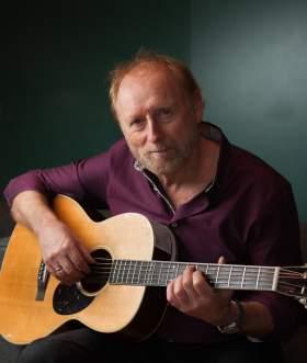 Halvdan Sivertsen spiller gitar
