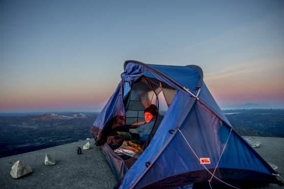 Gaustatoppen med telt og barn