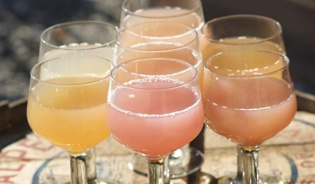 Glass fylt med eplejuice i forskjellige farger