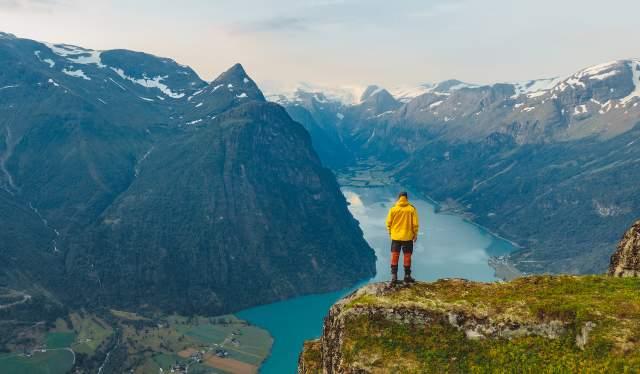 Planlegg reisen til Nordfjord og gå tur til toppen av Klovane i Olden på Vestlandet