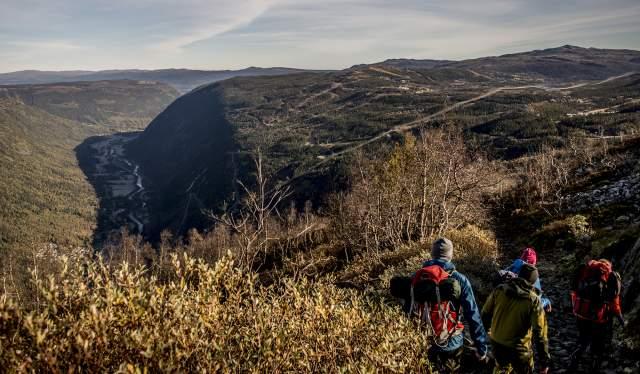 Fire personer er på vandretur til Gaustatoppen i Telemark, Norge
