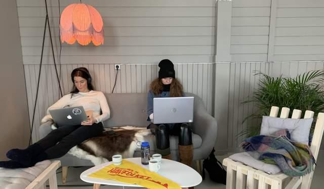 To damer jobber på workation på Træna langs Helgelandskysten i Nord-Norge