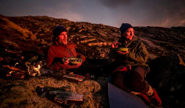 Et par nyter dagens fangst i solnedgangen etter rypejakt i Steigen i Nordland, Nord-Norge