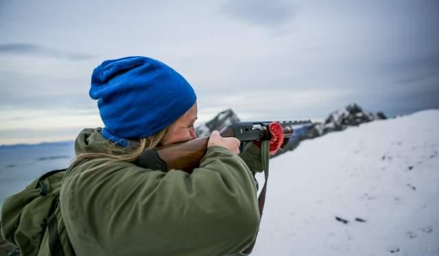 En dame på rypejakt i Steigen i Nordland, Nord-Norge